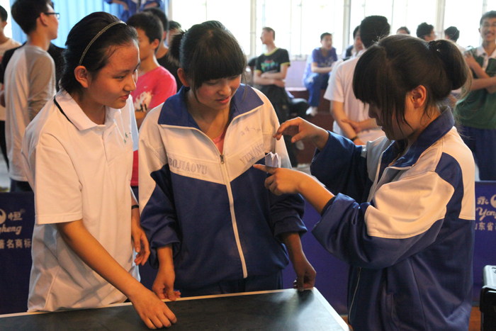 5月5号下午,学校举行了第十四届科技节纸飞机模型制作的比赛,高2011级学生参加了这个项目的比赛,参赛队员共有120名,同学们本着重在学习交流的精神,展开了轻松愉快的比赛,经过裁判老师的现场计时和测量,顺利完成了掷远和留空两个项目的比赛,赛后同学们在航模社团骨干成员的组织带领下,进行了现场交流和学习。 信息处 通用技术组 高2011级航模社团 2012、5、5     附比赛成绩: 纸飞机模型制作掷远比赛成绩